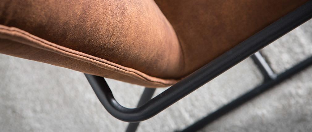 Poltrona in poliuretano di colore marrone e struttura in metallo nero modello MERCY